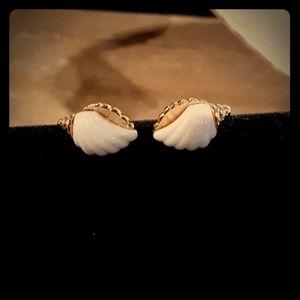VTG 1981 AVON gold tone/lucite conch shell earring